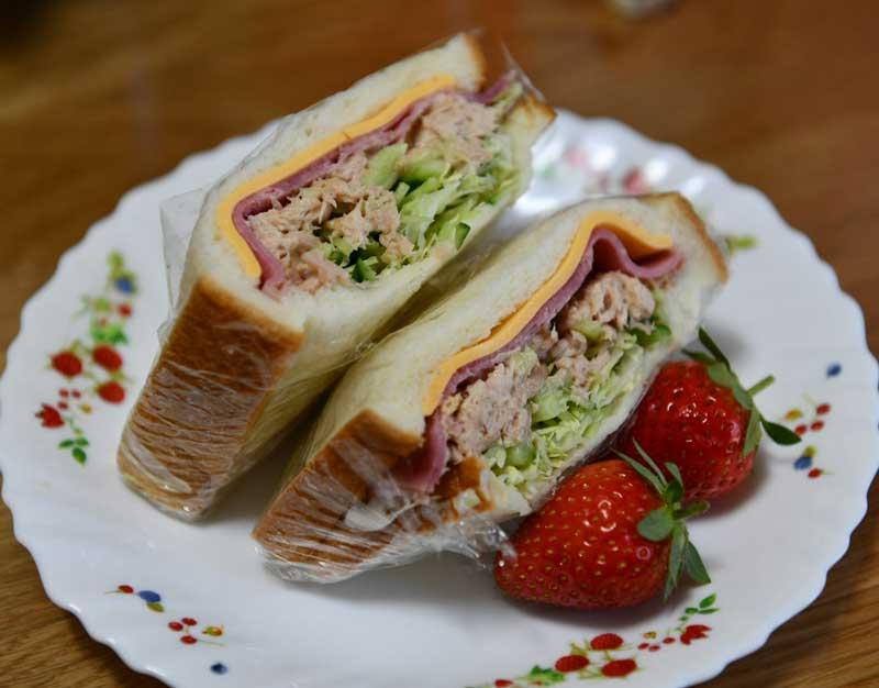 自家製サンドイッチと家庭菜園のイチゴ